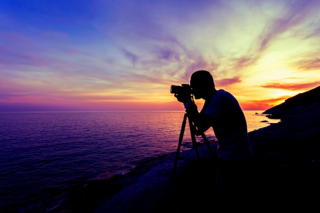 Profissional, fotografia, homem, tomar, um, foto, pôr do sol, ou, amanhecer, céu dramático, sobre, a, tropicais, mar, em, phuket, tailandia