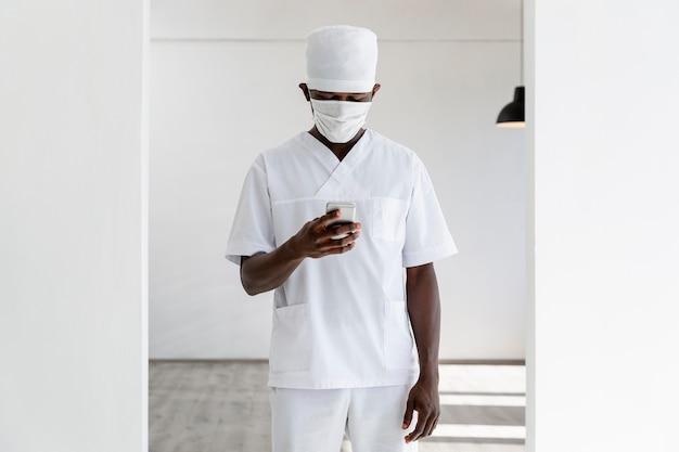 Profissional jovem médico com máscara médica