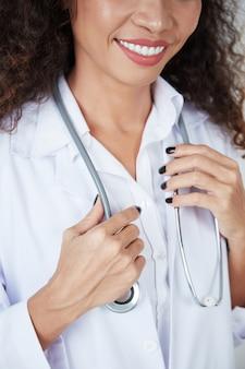 Profissional médico com estetoscópio