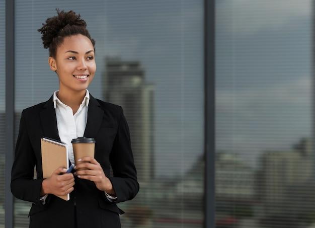 Profissional, mulher trabalhadora, sorrindo