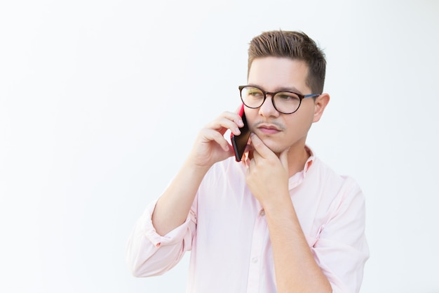 Profissional sério pensativo recebendo oferta no celular