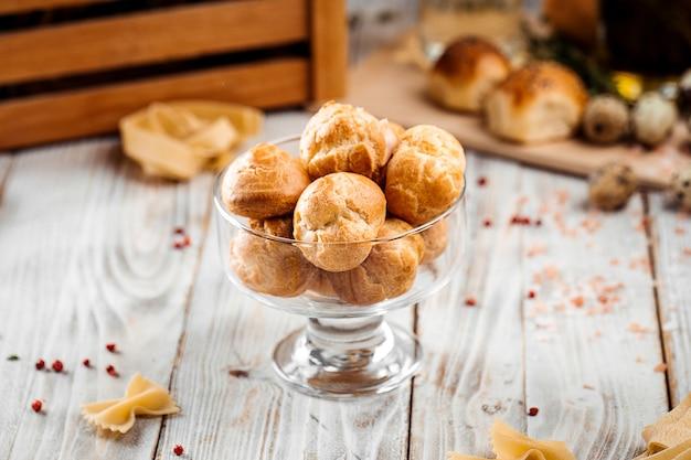 Profiteroles de sobremesa doce pequena em um copo