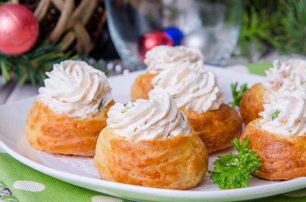 Profiteroles festivos com mousse de queijo para o natal e ano novo