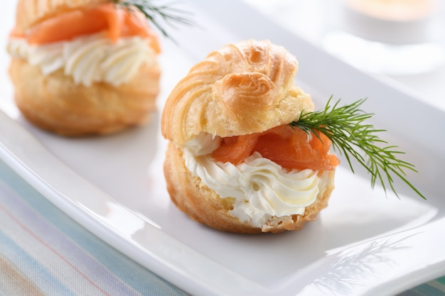 Profiteroles recheados com cream cheese e salmão.