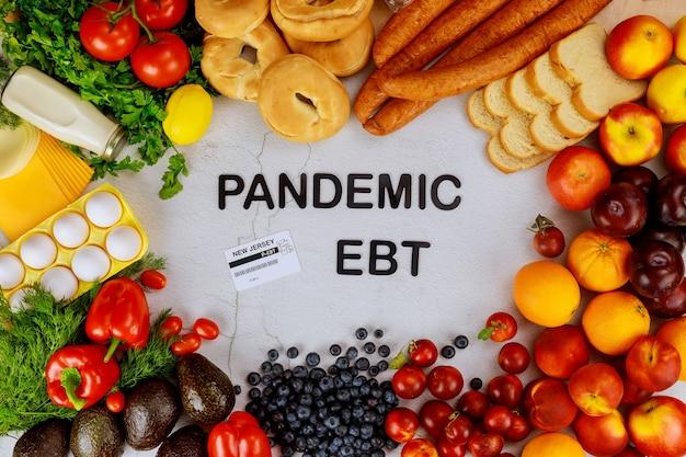 Programa de benefícios alimentares para pandemia. frutas e vegetais com texto.