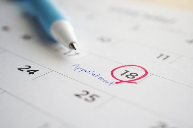 Programação de compromisso importante escrita na data da página do calendário em branco fechar
