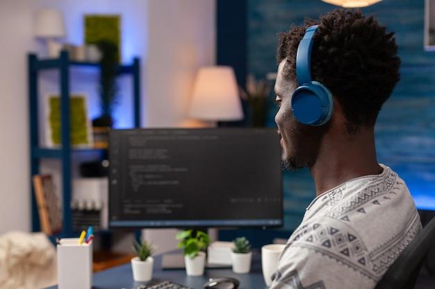 Programador afro-americano com código de site de programação de fone de ouvido