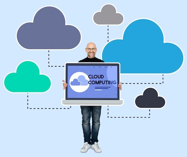 Programador com um programa de computação em nuvem