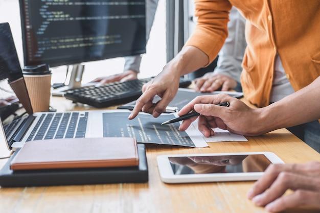 Programador cooperar trabalhando em projeto de web site em um software de desenvolvimento no computador na empresa
