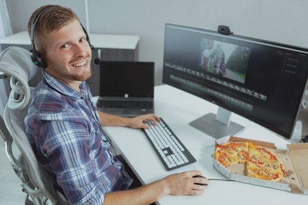 Programador de computador masculino que trabalha em casa