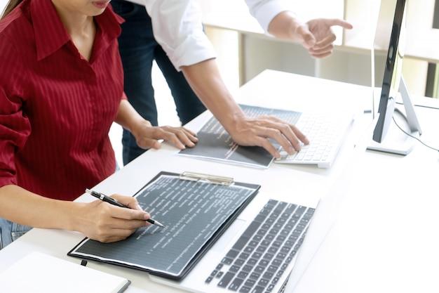 Programador de equipe de trabalho em equipe trabalhando com computador