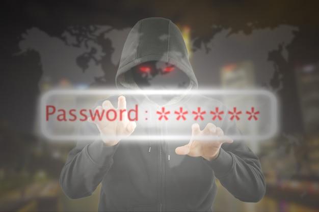 Programador de hackers usando laptop para hackear informações e dados da conta do usuário.