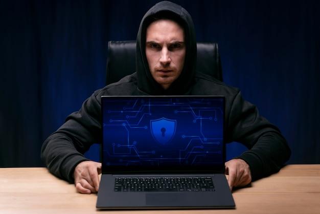 Programador de tiro médio com laptop