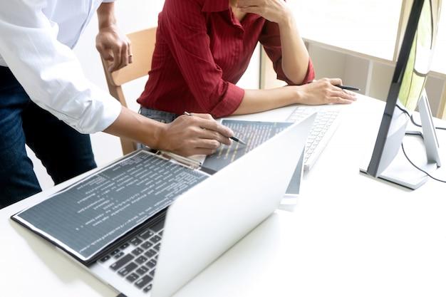 Programador de trabalho em equipe trabalhando com computador