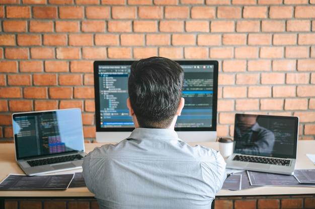 Programador desenvolvedor reunião de cooperação e brainstorming e programação no site