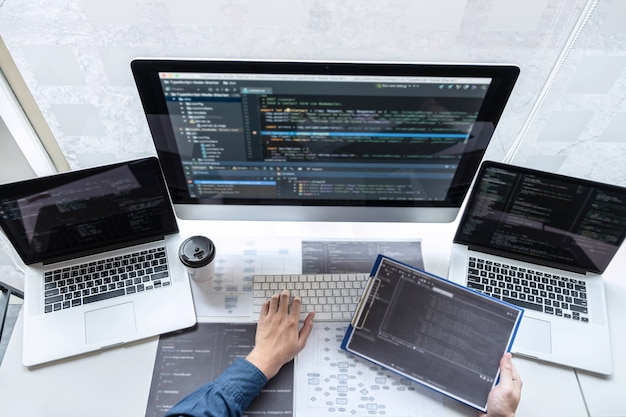 Programador desenvolvedor trabalhando no projeto no computador de desenvolvimento de software no escritório da empresa de ti