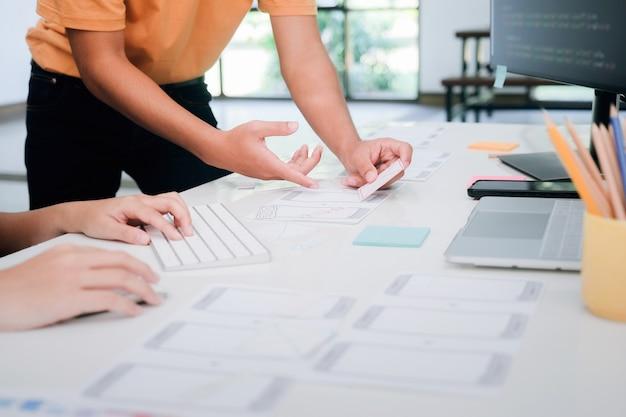 Programador e ux ui designer trabalhando em desenvolvimento de software e tecnologias de codificação. tecnologia de desenvolvimento de design e programação de app.