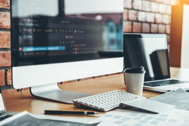 Programador em desenvolvimento desenvolvimento de tecnologias de design e codificação de sites