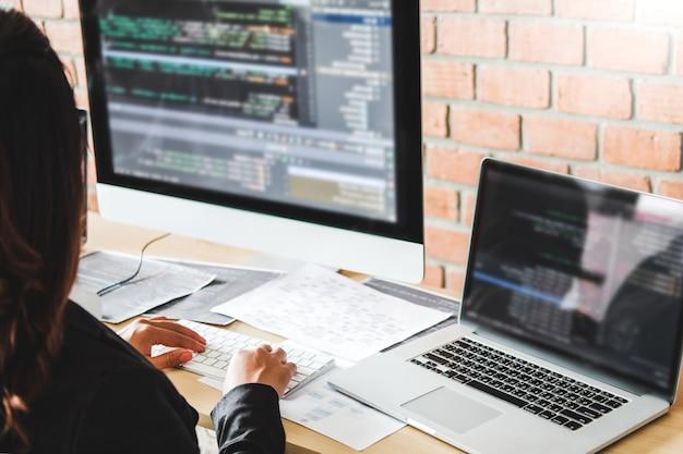 Programador em desenvolvimento desenvolvimento design de sites e tecnologias de codificação trabalhando no estoque do escritório da empresa