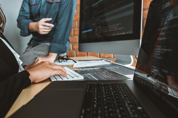 Programador em desenvolvimento team development website design e codificação de tecnologias trabalhando no escritório da empresa de software