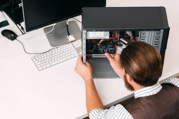 Programador instalando microcircuito na cpu, espaço livre. oficina de reparos, construção eletrônica e conceito de desenvolvimento