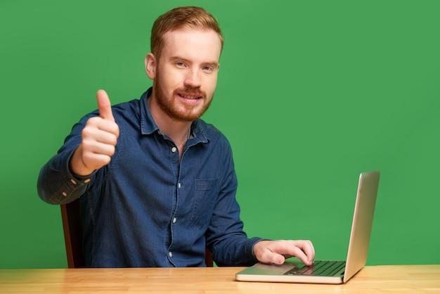 Programador irlandês mostrando os polegares para cima