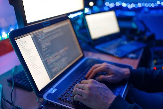Programador mãos no teclado do laptop, tecnologia de computador. gerente de ti em seu local de trabalho, codificação e criptografia profissional, segurança de rede