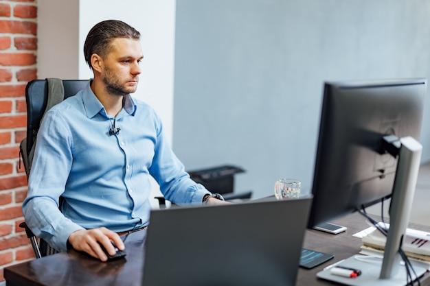 Programador que trabalha em um escritório de empresa de desenvolvimento de software. design do site.