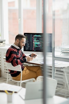 Programador sorridente trabalhando no escritório