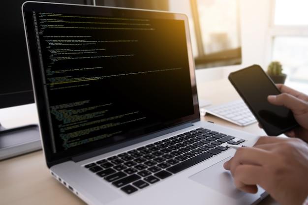 Programador trabalhando desenvolvendo tecnologias de programação web design online technology