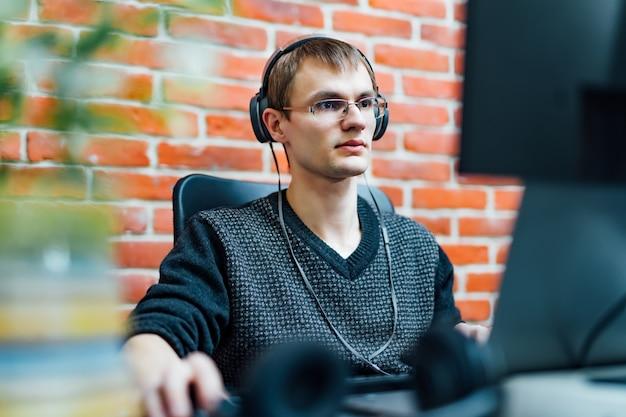 Programador trabalhando em empresa de software de desenvolvimento.