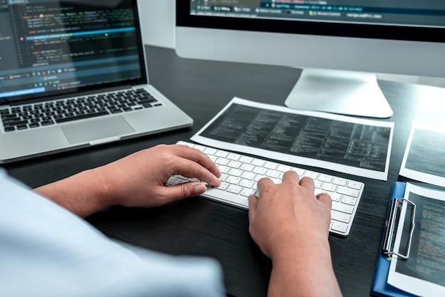 Programadora trabalhando em software javascript para computador em escritório de ti, escrevendo códigos e códigos de dados para sites e codificando tecnologias de banco de dados para encontrar solução para o problema. Foto Premium