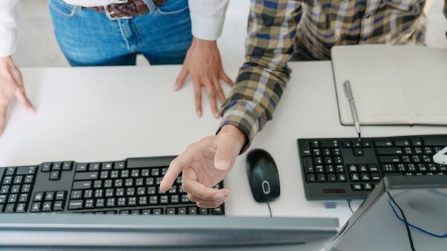 Programadores desenvolvendo códigos em seus computadores