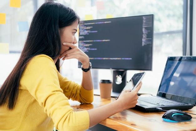 Programadores e equipes de desenvolvedores estão codificando e desenvolvendo software