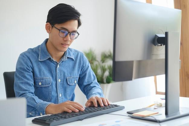 Programadores e equipes de desenvolvedores estão codificando e desenvolvendo software.