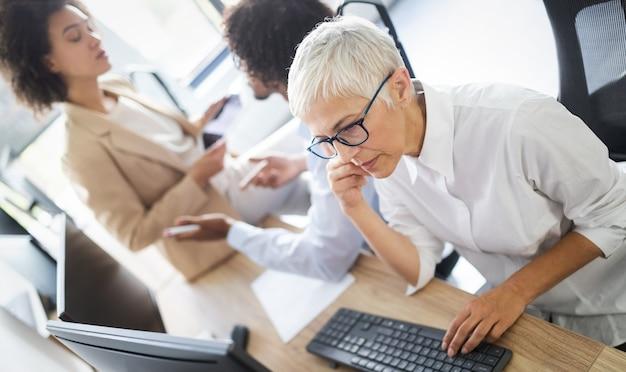 Programadores trabalhando em um escritório de empresa de desenvolvimento de software