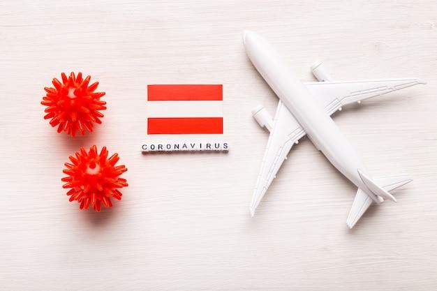 Proibição de voos e fronteiras fechadas para turistas e viajantes com coronavírus covid-19. avião e bandeira da áustria em um branco
