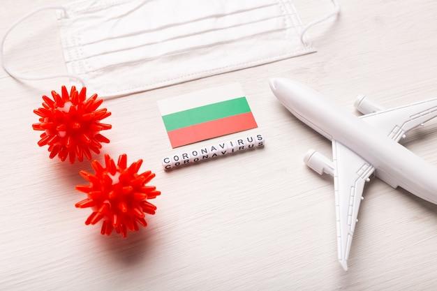 Proibição de voos e fronteiras fechadas para turistas e viajantes com coronavírus covid-19. avião e bandeira da bulgária em um branco