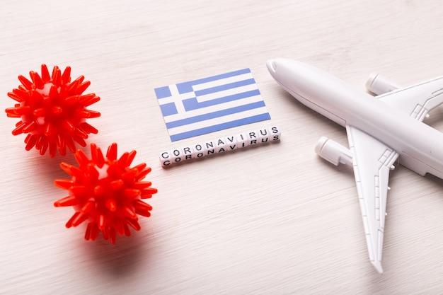 Proibição de voos e fronteiras fechadas para turistas e viajantes com coronavírus covid-19. avião e bandeira da grécia em um branco
