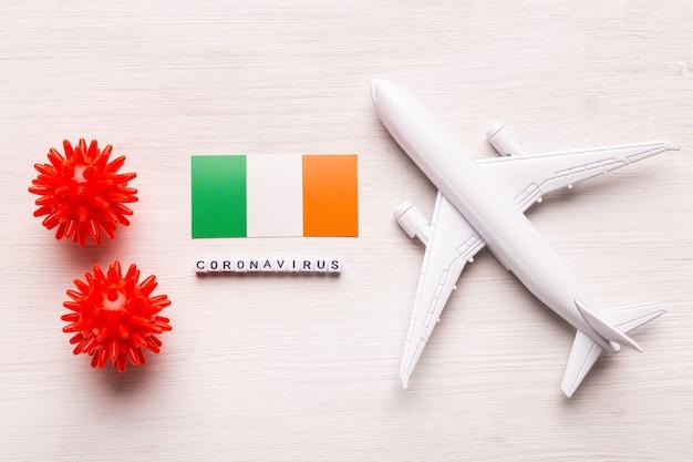 Proibição de voos e fronteiras fechadas para turistas e viajantes com coronavírus covid-19. avião e bandeira da irlanda em um branco