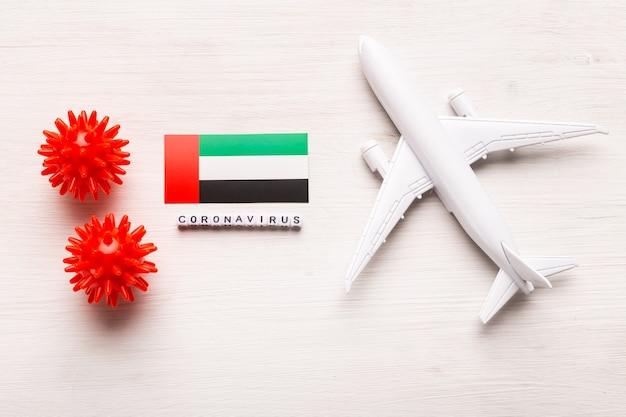 Proibição de voos e fronteiras fechadas para turistas e viajantes com coronavírus covid-19. avião e bandeira dos emirados árabes unidos em um branco