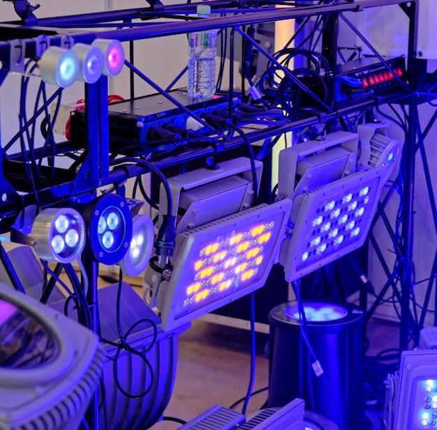 Projectores led coloridos à frente, ligados por cabos