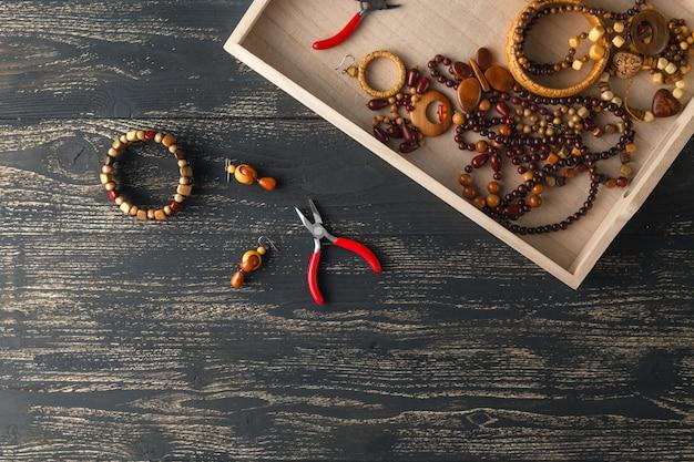 Projetando o conceito, artesanato contas na mesa para hobby