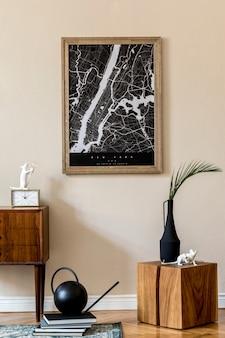 Projete o interior de uma casa escandinava na sala de estar com mapa de pôster, cômoda de madeira elegante, cubo, vaso de flores e acessórios elegantes. parede bege. encenação em casa moderna. japandi.