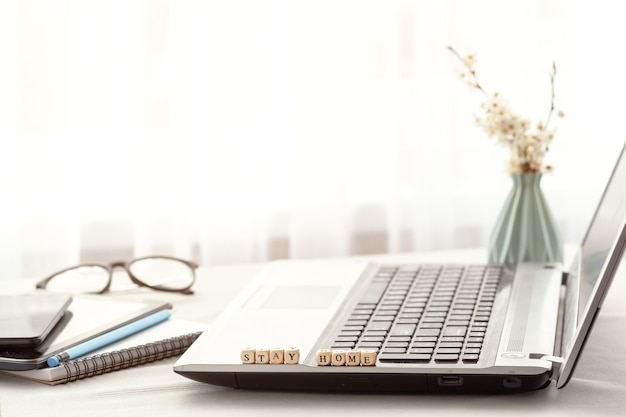Projete o local de trabalho do escritório com laptop e cópia espaço trabalhando em casa