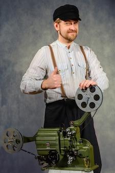 Projetista alegre com projetor de filme