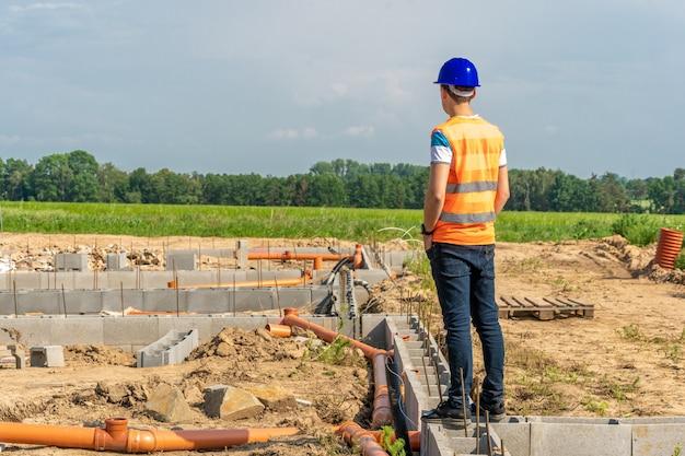 Projetista na construção da fundação do edifício
