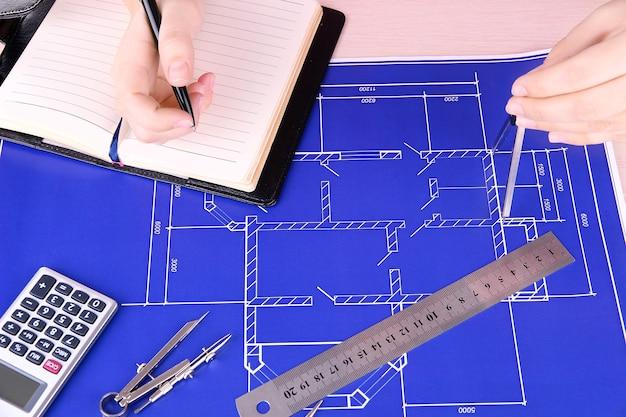 Projeto arquitetônico com mãos femininas, close-up