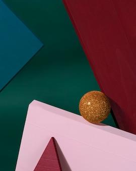 Projeto criativo de natal vermelho, verde e fundo de cor rosa com bugiganga de natal de ouro. conceito de ano novo.