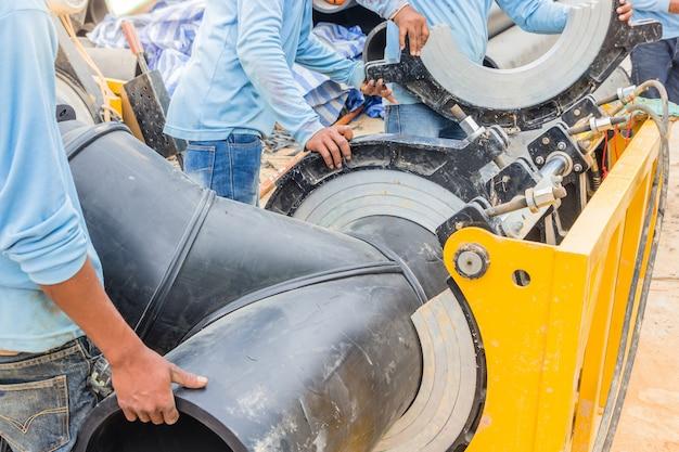 Projeto de abastecimento de água no canteiro de obras trabalhando para soldar a conexão do tubo hdpe